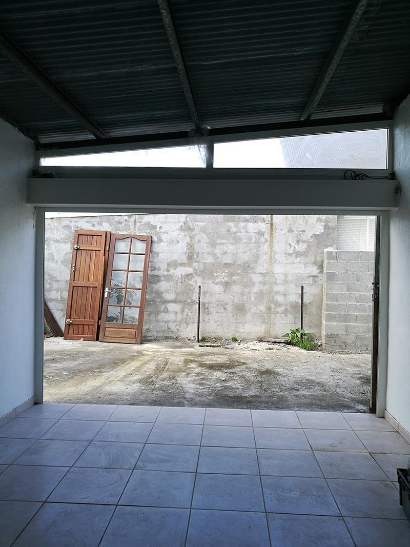Pose d'une porte de garage à Saint-André de La Réunion, BFM Fermetures